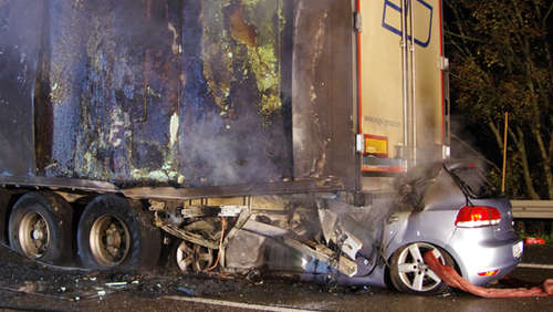 Horror-Crash: Mann verbrennt in Auto