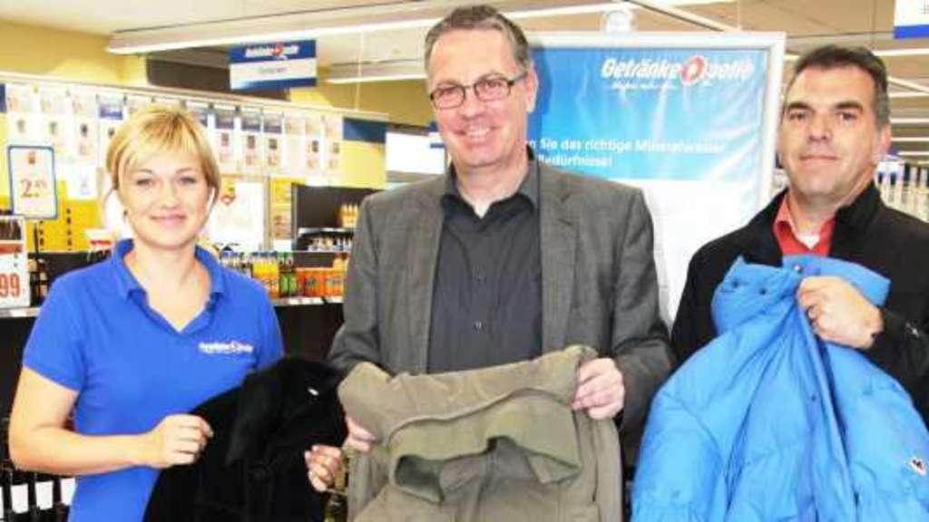 DRK und Getränke Hahn sammeln Kleidung für Flüchtlinge | Homberger ...