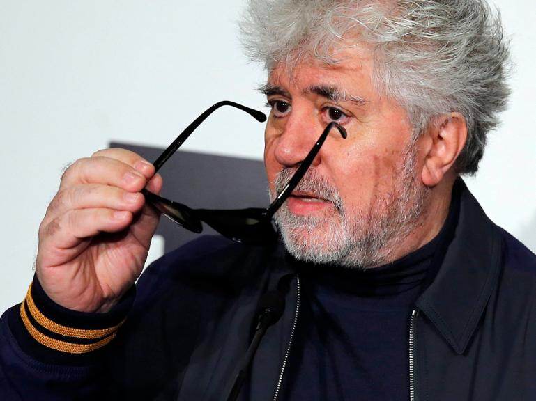 epa05182144 Spanish filmmaker Pedro Almodovar attends an event with Spanish artist Miquel Navarro (unseen) at the the ARCO Contemporary Art Fair in Madrid, Spain, 26 February 2016. The art fair runs from 24 to 28 February. EPA/BALLESTEROS +++(c) dpa - Bildfunk+++