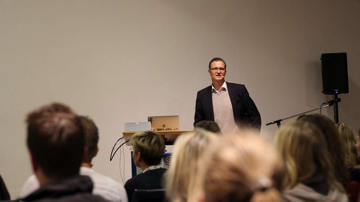 facebook experte lars bossemeyer beim marketing club nordhessen kassel. Black Bedroom Furniture Sets. Home Design Ideas