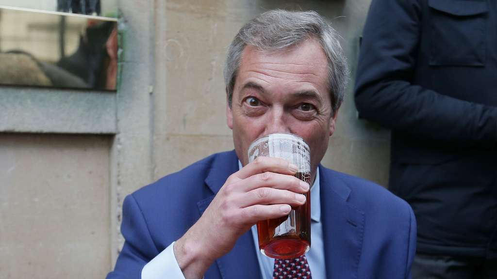 In einem Pub in London hat Nigel Farage den EU-Austritt gefeiert.