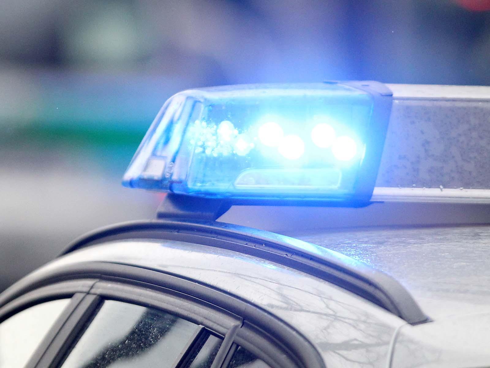 Unfallflucht in Nüsttal - Auto reißt Pfosten aus dem Boden