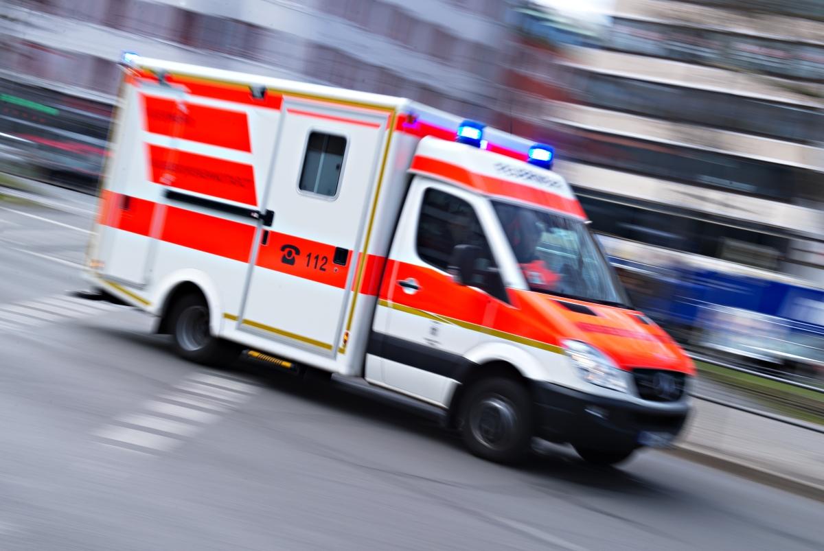 Schwerer Unfall nach Überholmanöver: Motorradfahrer rasen in Schlepper