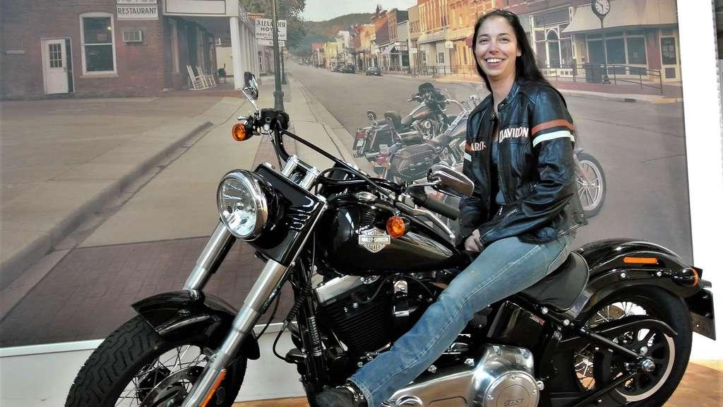 Alex: Eine Bikerin in der Männerdomäne Motorradfahren   Bike