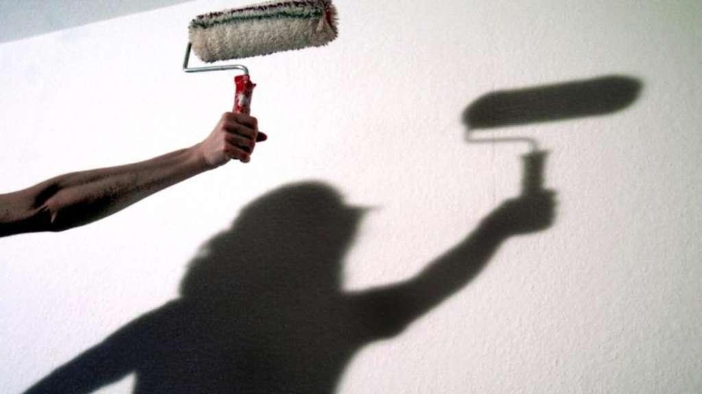 farbe l st sich von tapete tipps zum sauberen streichen wohnen. Black Bedroom Furniture Sets. Home Design Ideas