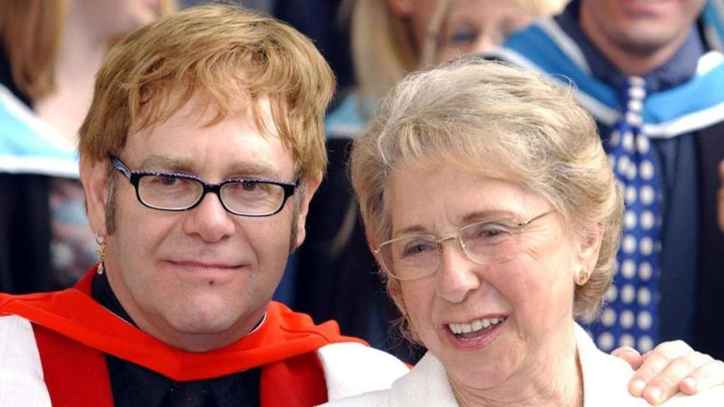 Elton John und seine Mutter Sheila 2002 in London. Foto: Andy Butterton