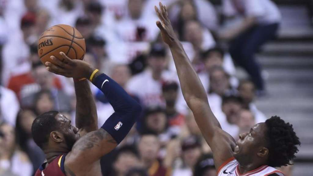 Cavaliers-Star LeBron James (l) war erneut nicht zu stoppen. Foto: Nathan Denette/The Canadian Press/AP