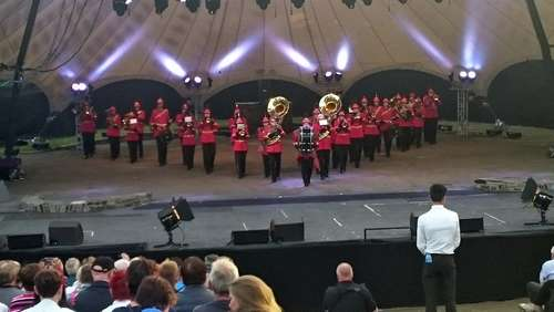 "Musiker der ""show and brass"" band spielen auf Loreley"