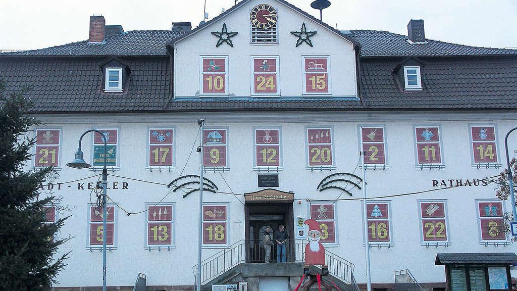 Weihnachtsmarkt Frankenberg.Weihnachtsmarkt Vor Einem Der Größten Adventskalender Der Welt In