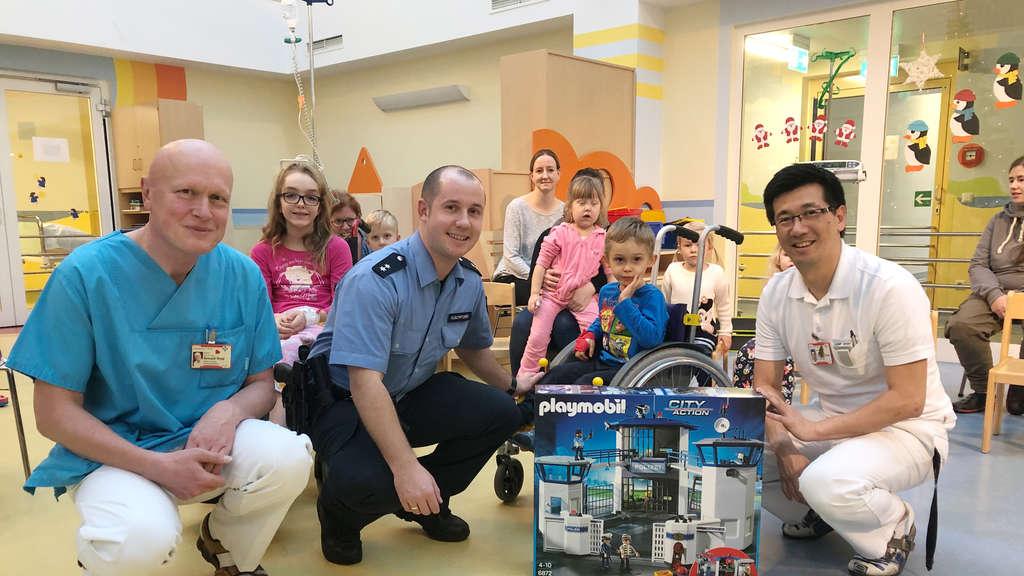 Bescherung In Der Kinderklinik Polizei Besucht Kranke Kinder Fulda