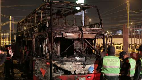 Brand an illegalem Busbahnhof in Lima: 17 Tote