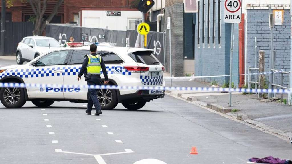 "Polizisten sichern den Tatort vor der Disocthek ""Love Machine"" in Melbourne. Foto: Ellen Smith/AAP"