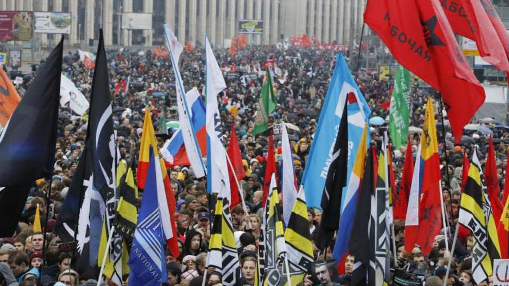 Über 20.000 Demonstranten protestieren in Moskau. Foto: Dmitri Lovetsky/AP