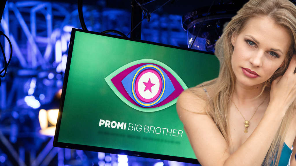 "Carolina Noerding steht vor dem ""Promi Big Brother""-Logo."