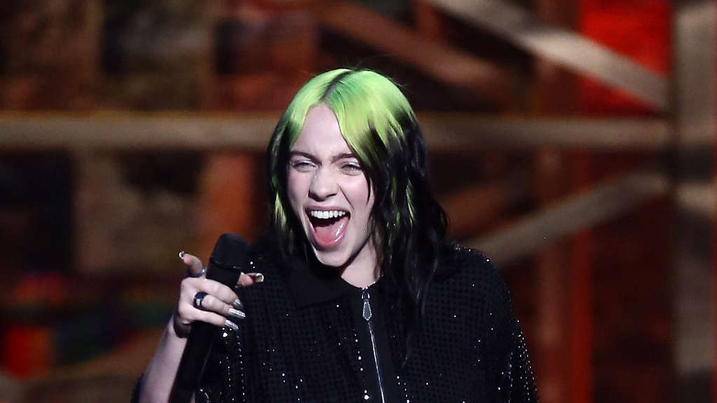 Popsängerin Billie Eilish lacht bei den Brit Awards in London in die Kamera