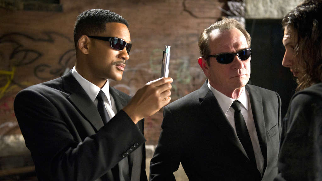 "Will Smith und Tommy Lee Jones ""blitzdingsen"" in einer Szene aus ""Men in Black 3"": Für den FIlm verdiente Will Smith eine Hollywood-Gage von 100 Millionen US-Dollar."